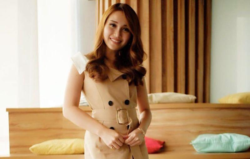 https: img.okezone.com content 2019 10 22 194 2120453 ayu-ting-ting-pamer-photoshoot-seksi-netizen-mirip-j-lo-waktu-muda-nWlTRKawBp.jpg
