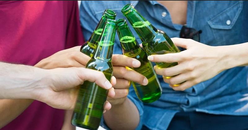 https: img.okezone.com content 2019 10 22 298 2120381 bukan-tanpa-sebab-ini-alasan-botol-minuman-bir-selalu-berwarna-hijau-0NOkiq38cK.jpg