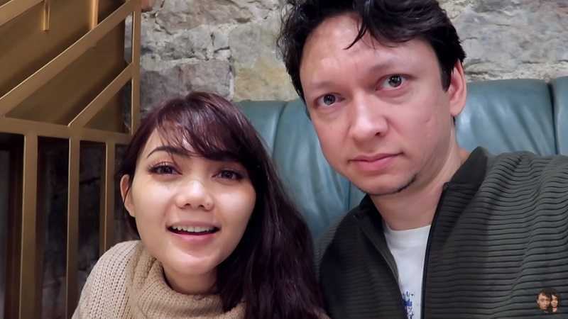 https: img.okezone.com content 2019 10 22 33 2120341 rina-nose-menikah-aming-kaget-tapi-bahagia-dNYTqHFvv7.jpg