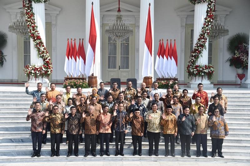 https: img.okezone.com content 2019 10 23 194 2120704 berbusana-batik-ini-5-penampilan-menteri-perempuan-pilihan-jokowi-x77pfAJus6.jpg