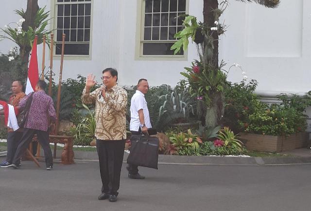 https: img.okezone.com content 2019 10 23 337 2120517 jelang-pengumuman-para-calon-menteri-kompak-hadir-berbaju-batik-msO121eJaS.jpg
