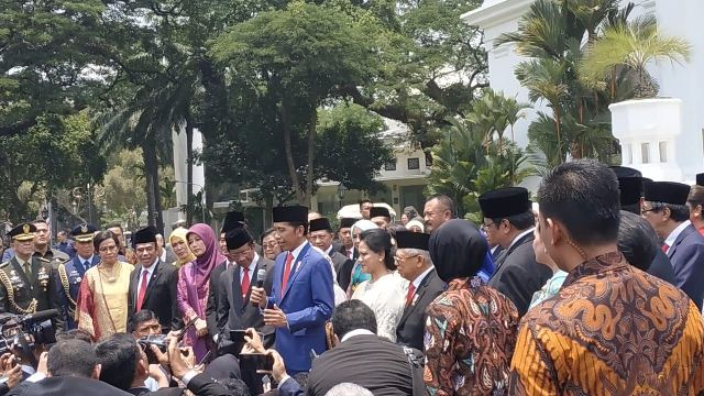 https: img.okezone.com content 2019 10 23 337 2120727 jokowi-ingin-kabinet-indonesia-maju-datangkan-banyak-investasi-5eJIIKTCyq.jpg