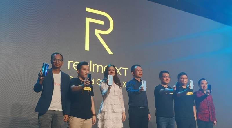 https: img.okezone.com content 2019 10 23 57 2120885 realme-xt-resmi-meluncur-dengan-kamera-64-mp-di-indonesia-6eUiKHEVGV.jpg