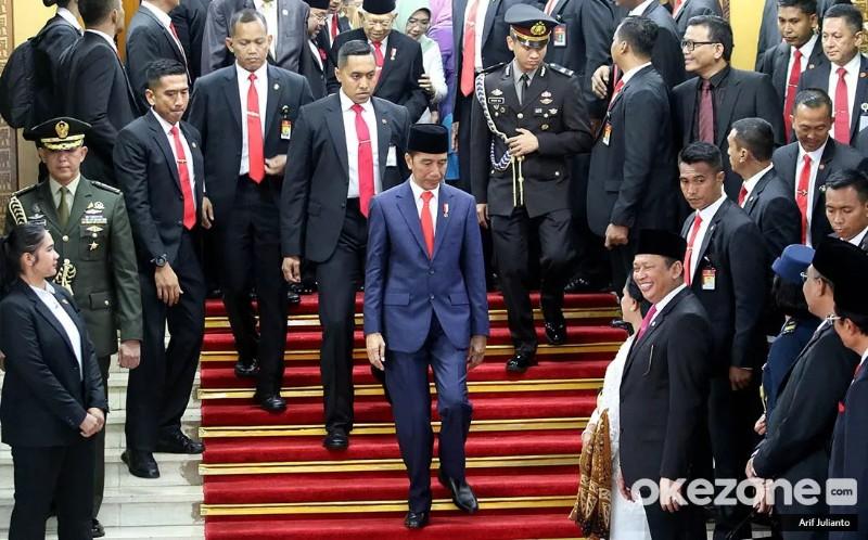 https: img.okezone.com content 2019 10 23 612 2120964 jokowi-kenalkan-kabinet-indonesia-maju-netizen-malah-buat-jokowisitchallenge-WUt94ZZEd7.jpg