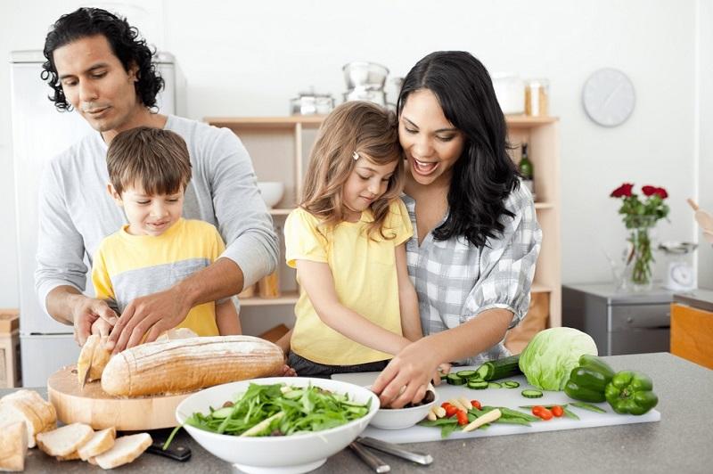 https: img.okezone.com content 2019 10 24 298 2121284 masak-bersama-si-kecil-ini-dampaknya-untuk-tumbuh-kembang-anak-W1eDzEW0aU.jpg