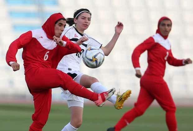 https: img.okezone.com content 2019 10 24 51 2121032 toleransi-di-sepakbola-wanita-5-pemain-lindungi-jilbab-lawan-yang-terlepas-bM9KmH83W3.jpg