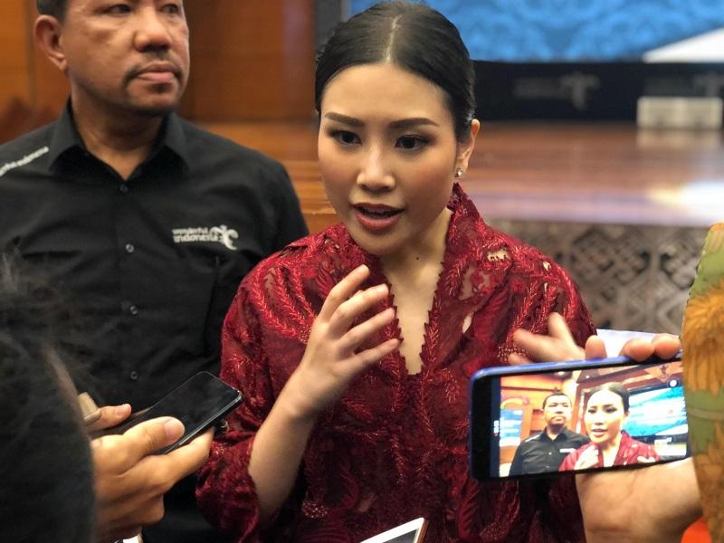 https: img.okezone.com content 2019 10 25 406 2121840 angela-tanoesoedibjo-pariwisata-dan-ekonomi-kreatif-bisa-jadi-kesatuan-dan-daya-tarik-indonesia-pDAajSNYS5.jpg