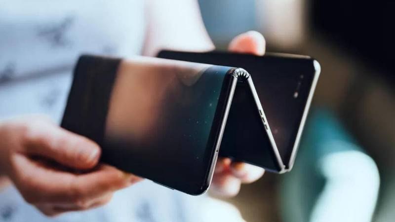 https: img.okezone.com content 2019 10 25 57 2121578 uniknya-ponsel-lipat-tcl-dengan-dua-lipatan-ini-wujudnya-ipeKqAPpYl.jpg