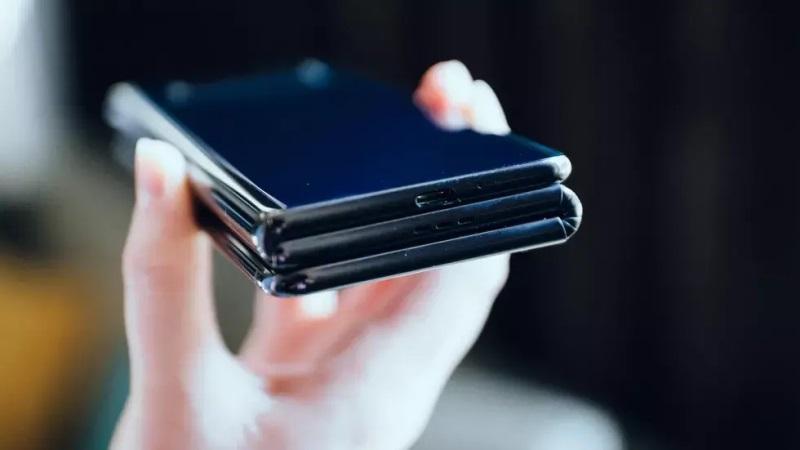 https: img.okezone.com content 2019 10 25 57 2121631 mirip-tablet-ponsel-lipat-tcl-bisa-dibentangkan-hingga-10-inci-Ib3oiy5Z7N.jpg