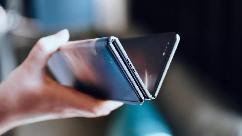 https: img.okezone.com content 2019 10 25 57 2121714 desain-ponsel-lipat-tcl-bikin-heboh-intip-spesifikasinya-OLqCRdpyW8.jpg