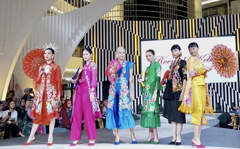 https: img.okezone.com content 2019 10 26 194 2122049 cantiknya-bordir-handmade-dalam-koleksi-roemah-kebaya-vielga-di-jfw-2020-bIPwx7isIk.jpeg