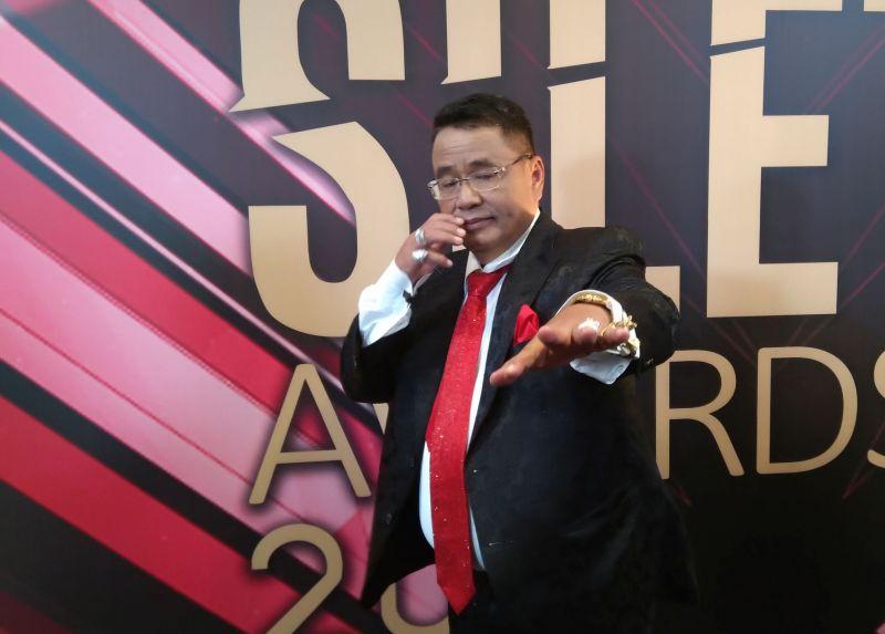 https: img.okezone.com content 2019 10 26 33 2122012 hadiri-silet-awards-2019-hotman-paris-pakai-dasi-seharga-rp1-miliar-tEac3eZNcx.jpg