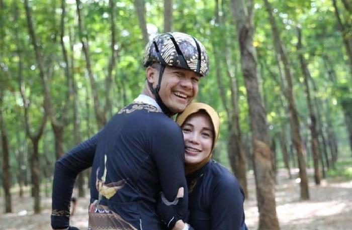 https: img.okezone.com content 2019 10 26 406 2122138 unggah-cuitan-tentang-destinasi-wisata-ganjar-pranowo-malah-bikin-netizen-baper-egOFmi5QOc.jpg