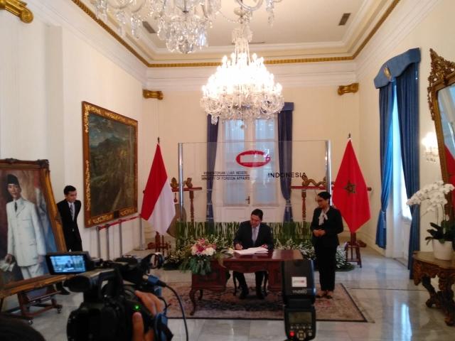 https: img.okezone.com content 2019 10 28 18 2122677 kunjungi-indonesia-menlu-maroko-tandatangani-empat-mou-kerja-sama-iyRdV123bP.jpg