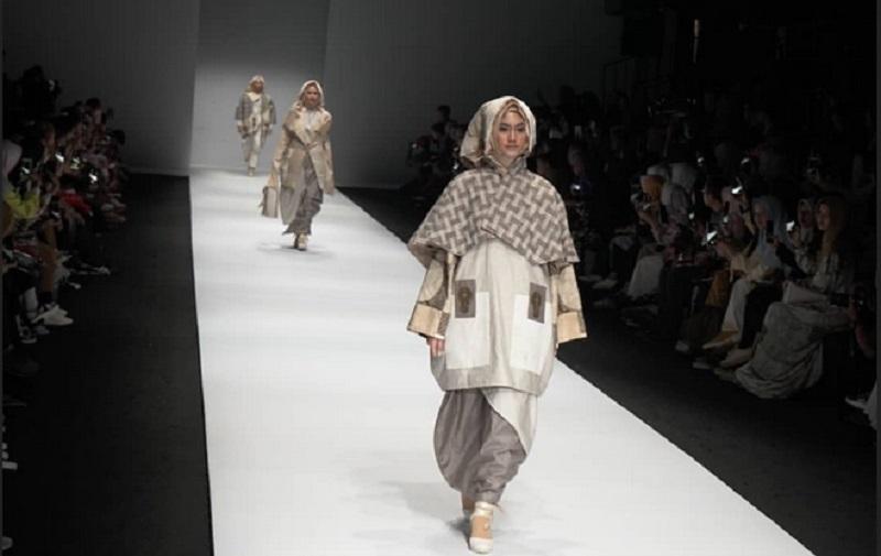 https: img.okezone.com content 2019 10 28 194 2122694 lukisan-lu-jianjun-disulap-desainer-lala-hanafi-jadi-modest-wear-cantik-g3F2AtXPwL.jpg