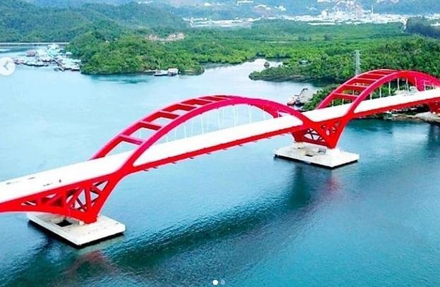 https: img.okezone.com content 2019 10 28 320 2122764 daftar-jembatan-ikonik-di-indonesia-dari-papua-hingga-palembang-uO4yrK1vdT.jpg