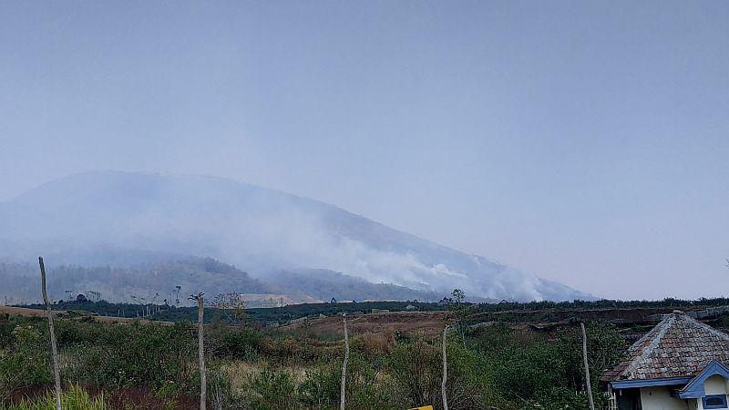 https: img.okezone.com content 2019 10 28 519 2122528 4-titik-api-masih-membakar-sejumlah-gunung-di-jatim-dTZ1NUmzI7.jpg