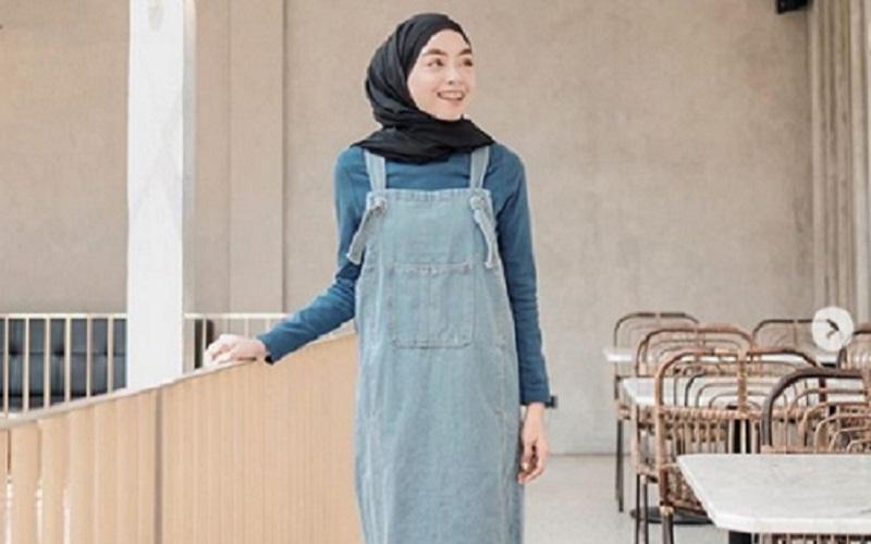 https: img.okezone.com content 2019 10 28 617 2122637 4-gaya-hijab-ala-90-an-yang-bikin-kamu-makin-keren-yOJs2dLmjW.jpg