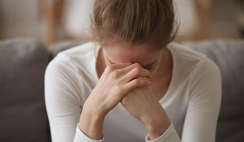 https: img.okezone.com content 2019 10 30 196 2123805 5-cara-menolong-orang-terdekat-yang-alami-depresi-bAbJAhocXj.jpg