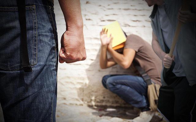 https: img.okezone.com content 2019 10 30 196 2123827 anaknya-ketahuan-jadi-tukang-bully-sang-ayah-langsung-make-over-korban-dgxVe2NMMS.jpg