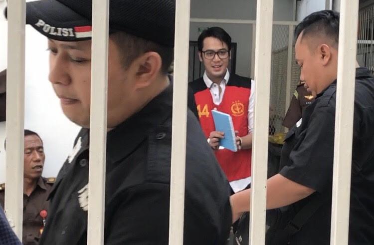 https: img.okezone.com content 2019 10 30 33 2123591 belajar-hukum-di-penjara-kriss-hatta-ikut-soroti-kasus-irwansyah-tDEQjEwZya.jpg