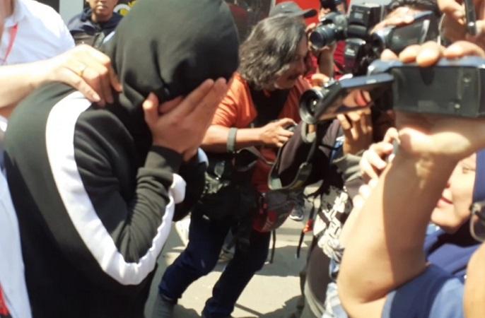 https: img.okezone.com content 2019 10 30 337 2123481 muncikari-prostitusi-online-putri-amelia-yang-buron-ditangkap-di-jakarta-PQsfiSkkz5.jpg