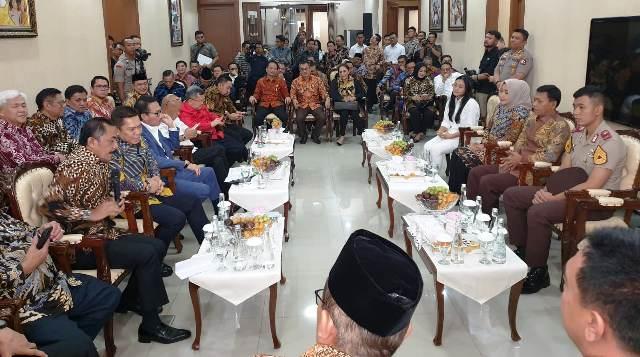 https: img.okezone.com content 2019 10 30 337 2123578 idham-azis-ceritakan-momen-ketika-ditunjuk-jadi-kapolri-oleh-presiden-jokowi-uVpJsNUOpN.jpg