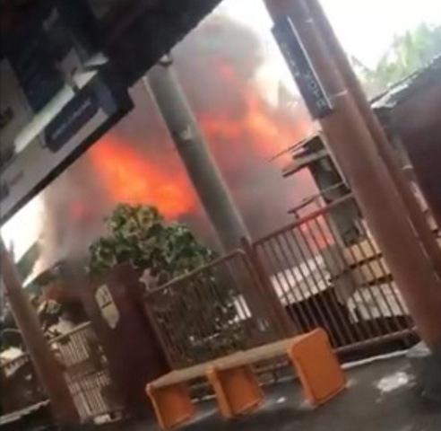 https: img.okezone.com content 2019 10 30 338 2123476 kebakaran-rumah-di-dekat-stasiun-taman-kota-jakbar-12-unit-damkar-dikerahkan-YScmO4vqWH.jpg