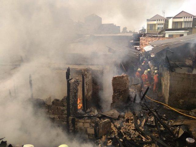 https: img.okezone.com content 2019 10 30 338 2123560 kebakaran-rumah-tinggal-dekat-stasiun-taman-kota-berhasil-dipadamkan-MtTdghlWgQ.jpg