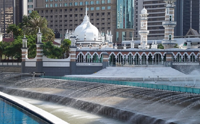 https: img.okezone.com content 2019 10 30 615 2123522 3-masjid-indah-yang-layak-kamu-kunjungi-saat-traveling-ke-malaysia-znScue8D3f.jpg