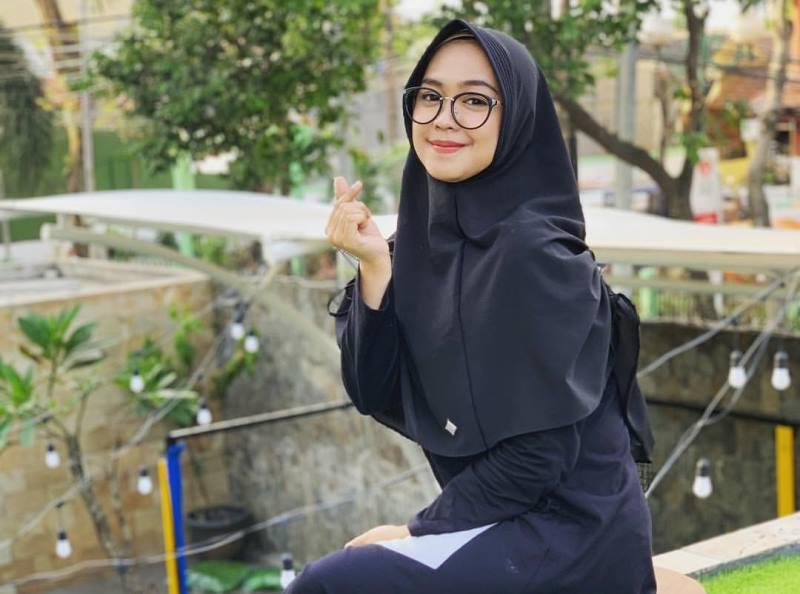 https: img.okezone.com content 2019 10 30 617 2123464 4-outfit-untuk-hijabers-berkacamata-nomor-3-ala-ria-ricis-ugXCyv7Uhz.jpg