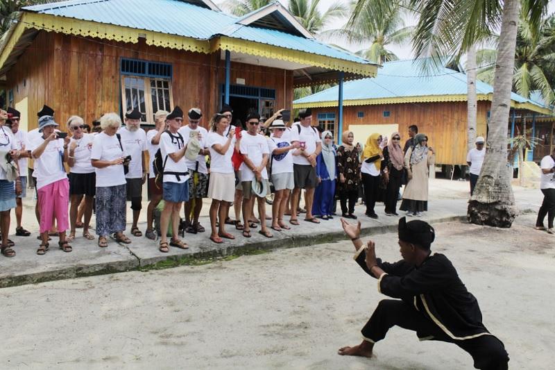 https: img.okezone.com content 2019 10 31 12 2124047 kehangatan-pulau-benan-sambut-peserta-wonderful-sail-to-indonesia-2019-ALnMp7bez4.jpg
