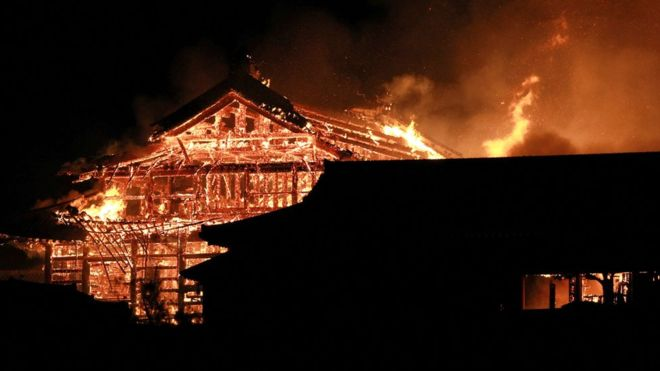 https: img.okezone.com content 2019 10 31 18 2123947 terbakar-kastil-shuri-situs-warisan-dunia-jepang-habis-dilalap-api-NTcVInp8xg.jpg