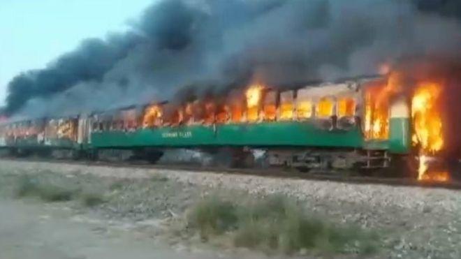 https: img.okezone.com content 2019 10 31 18 2124076 korban-kebakaran-kereta-pakistan-bertambah-sedikitnya-60-orang-dilaporkan-tewas-Mi25TGcPDB.jpg