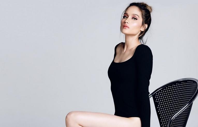 https: img.okezone.com content 2019 10 31 194 2124160 seksinya-cinta-laura-berbalut-bodysuit-pamer-paha-dan-kaki-jenjang-bak-supermodel-a64FntOOQC.jpg