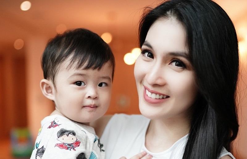 https: img.okezone.com content 2019 10 31 33 2124087 anak-disebut-kurang-kasih-sayang-sandra-dewi-sentil-balik-netizen-bt3nYeTDN0.jpg