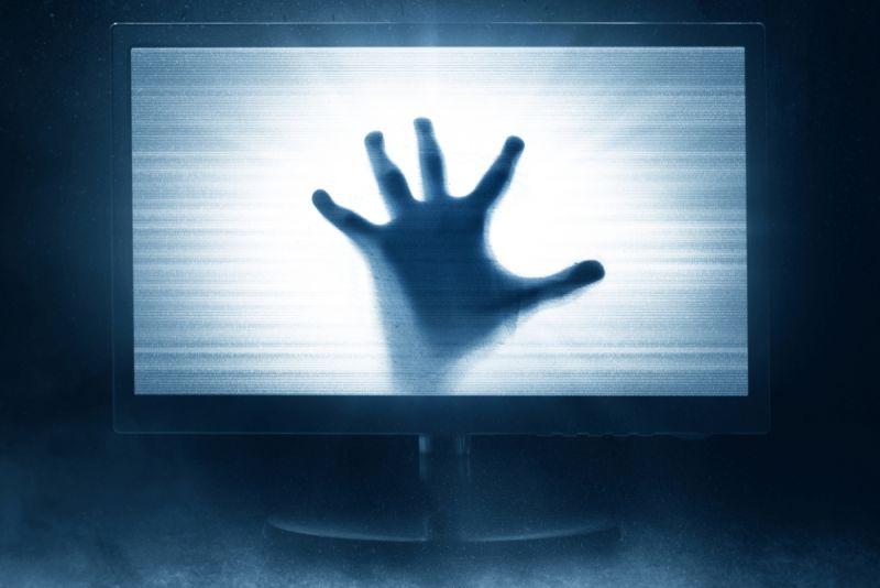 https: img.okezone.com content 2019 10 31 612 2124326 kisah-dion-ditemani-hantu-di-kamar-hotel-terlihatnya-lewat-pantulan-televisi-tc0PGE1KzC.jpg