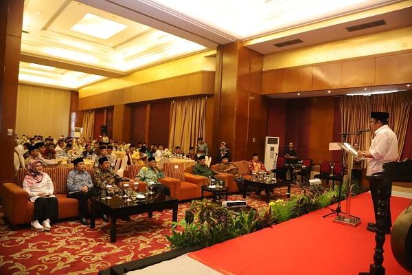 https: img.okezone.com content 2019 10 31 614 2123920 menag-fachrul-razi-serukan-berdoa-pakai-bahasa-indonesia-di-masjid-deWb78SWSC.jpg