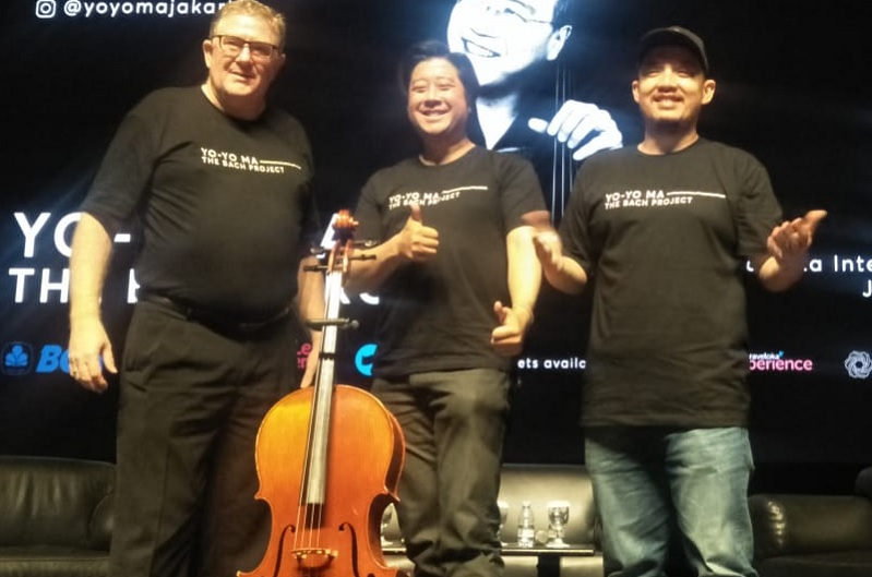 https: img.okezone.com content 2019 11 01 205 2124442 pemain-cello-dunia-yo-yo-ma-siap-gelar-konser-klasik-perdana-di-indonesia-RUh1cx8RLq.jpg
