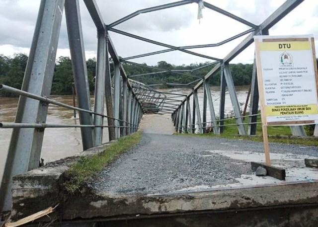 https: img.okezone.com content 2019 11 01 340 2124493 jembatan-penghubung-antar-kecamatan-ambruk-diterjang-banjir-HHs3NpqtN1.jpg