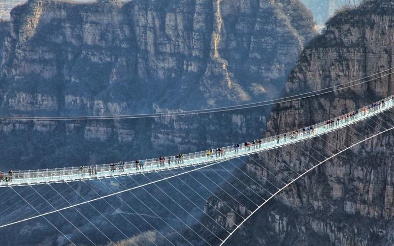 https: img.okezone.com content 2019 11 01 406 2124546 puluhan-wisata-jembatan-kaca-di-china-ditutup-ini-alasannya-TYq9DnXosD.jpg