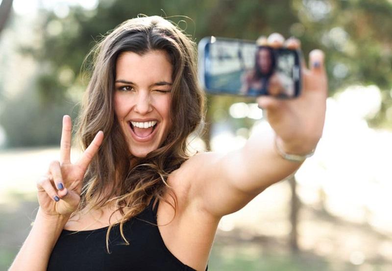 https: img.okezone.com content 2019 11 02 612 2124849 biar-enggak-malu-maluin-ini-5-tips-foto-selfie-agar-hasil-kece-maksimal-L0OAr3zbkm.jpg
