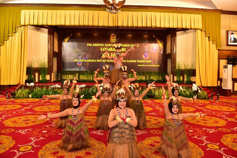 https: img.okezone.com content 2019 11 02 612 2124924 lestarikan-budaya-indonesia-intip-keseruan-istri-prajurit-tni-au-menari-sajojo-5RQ64piywk.jpeg