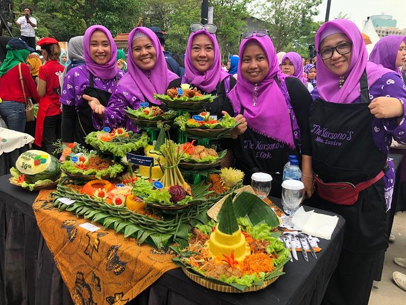 https: img.okezone.com content 2019 11 03 298 2125201 dinilai-chef-juna-kelompok-masak-tangerang-jadi-pemenang-pertama-di-mnc-fest-2019-iwGy3tWmmm.jpg