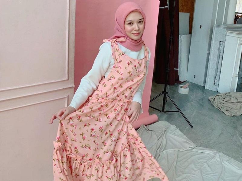 https: img.okezone.com content 2019 11 03 617 2125171 inpirasi-padu-padan-hijab-dengan-outfit-pink-bikin-penampilanmu-makin-manis-YarCwK0sFo.jpg