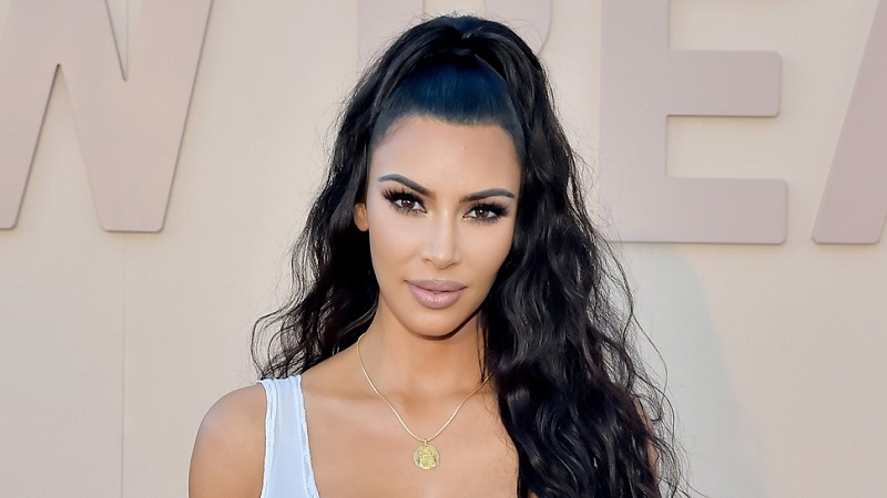 https: img.okezone.com content 2019 11 04 612 2125300 terlalu-sering-selfie-kim-kardashian-sampai-buat-buku-selfish-vSNKPTTkn2.jpg