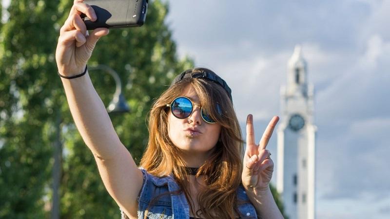 https: img.okezone.com content 2019 11 04 612 2125414 deretan-foto-selfie-ajaib-gagal-sih-tapi-jadinya-kocak-FJTRQqM3xX.jpg