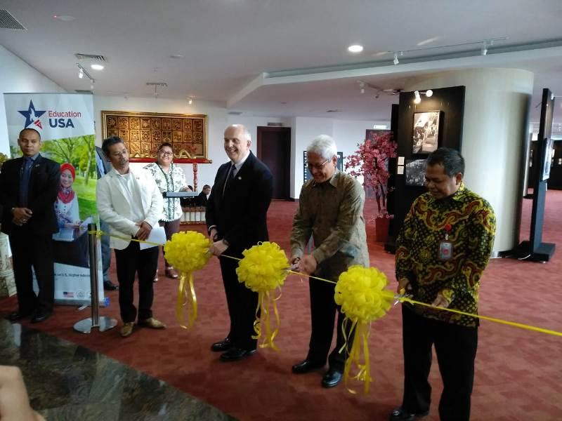 https: img.okezone.com content 2019 11 05 18 2126014 kedubes-as-tampilkan-rekaman-lensa-70-tahun-hubungan-indonesia-as-melalui-pameran-foto-VmGXcbgRnq.jpeg