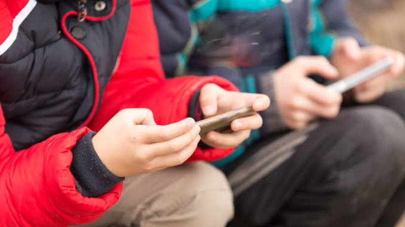 https: img.okezone.com content 2019 11 05 56 2125990 ini-bahayanya-bila-orangtua-jadikan-ponsel-sebagai-babysitter-untuk-anak-4HKbRMbIlE.jpg