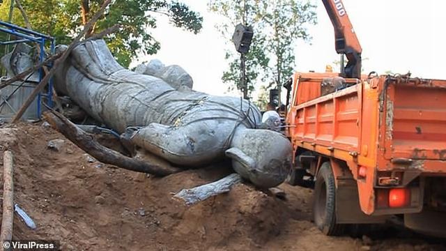 https: img.okezone.com content 2019 11 06 18 2126660 patung-keberuntungan-jatuh-kepala-desa-tewas-terjepit-di-thailand-ISN9aNX40I.jpg